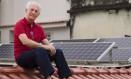 Reinaldo Silva produz 67% da energia que consome em sua casa Foto: Leo Martins