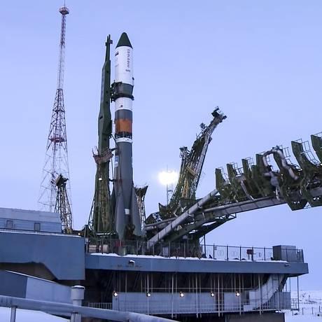 O foguete estava pronto para decolar quando o lançamento foi suspenso Foto: AP