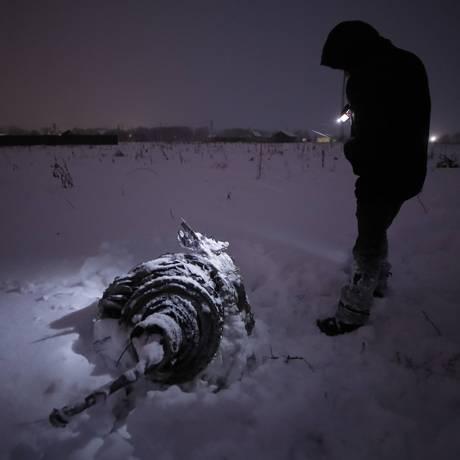 Investigador inspeciona pedaço da fuselagem do An-148 que caiu perto de Moscou Foto: MAXIM SHEMETOV / REUTERS