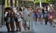 Foliões têm dificuldade para pegar o transporte público na saída dos blocos