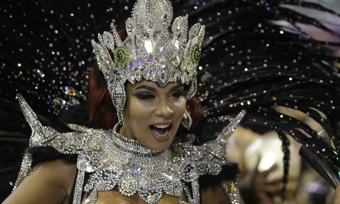 Milena Nogueira é a rainha de bateria do Império Foto: Gabriel de Paiva / Agência O Globo