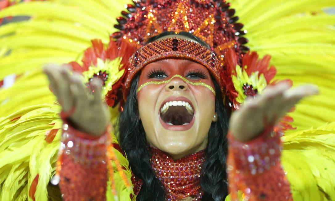 Destaques desfilaram pela São Clemente: Raphaela Gomes é rainha de bateria da escola Márcio Alves / Agência O Globo