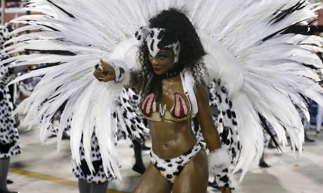Érika Januza desfila pela Grande Rio Foto: Domingos Peixoto / Agência O Globo