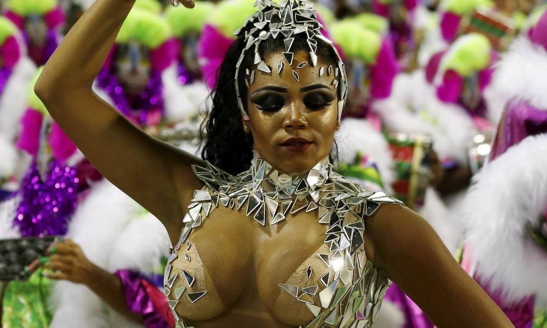 Evelyn Bastos é rainha de bateria da Estação Primeira de Mangueira Pablo Jacob / Agência O Globo