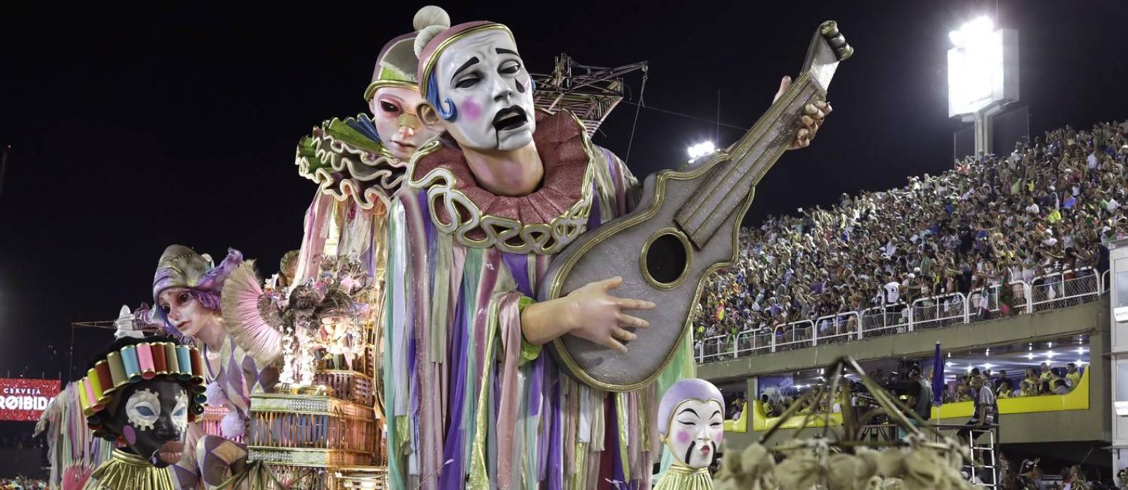 A Mangueira desfila na Sapucaí Foto: Leo Correa / AP