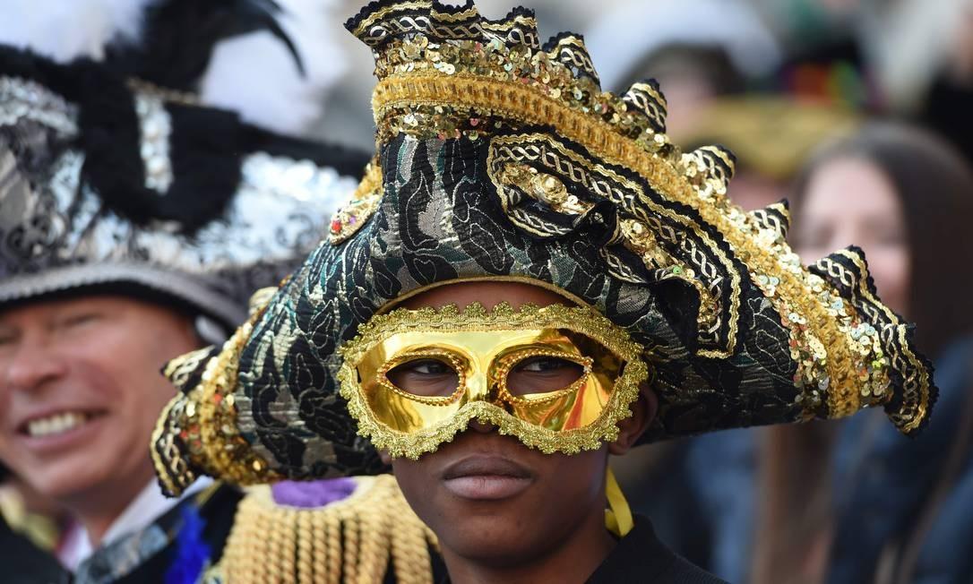 As máscaras estão presentes também na segunda-feira de carnaval na Alemanha Foto: PATRIK STOLLARZ / AFP