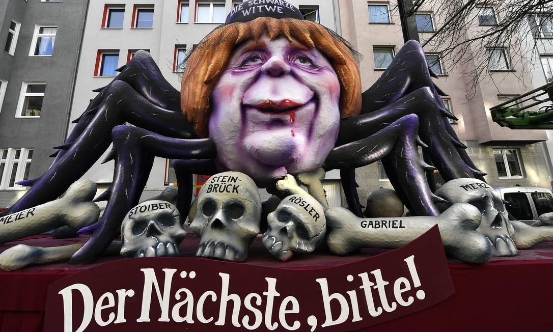 A segunda-feira de carnaval na Alemanha é animada. Tem desfile pelas ruas de Colônia, Dusseldorf e Mainz. As alegorias debocham dos políticos. Se no carnaval carioca teve escola retratando um vampiro com faixa presidencial e blocos criticando o prefeito, olhe só o que fizeram por lá com a chanceler Angela Merkel Foto: Martin Meissner / AP