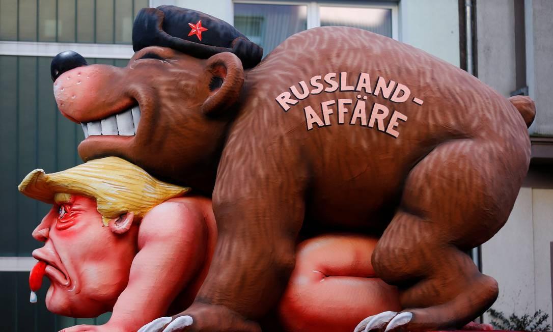 """Sobrou também para o presidente dos EUA, Donald Trump, no carnaval na Alemanha: menção maldosíssima das suspeitas de envolvimento com os russos nas eleições americanas. Essa alegoria aí estava na """"Rosenmontag"""", ou segunda-feira da rosa, no desfile carnavalesco de Dusseldorf Foto: THILO SCHMUELGEN / REUTERS"""