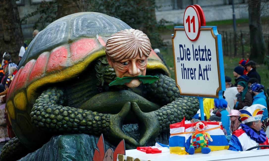 Em Mainz, outra vez a chanceler alemã Angela Merkel foi lembrada pelos foliões Foto: RALPH ORLOWSKI / REUTERS