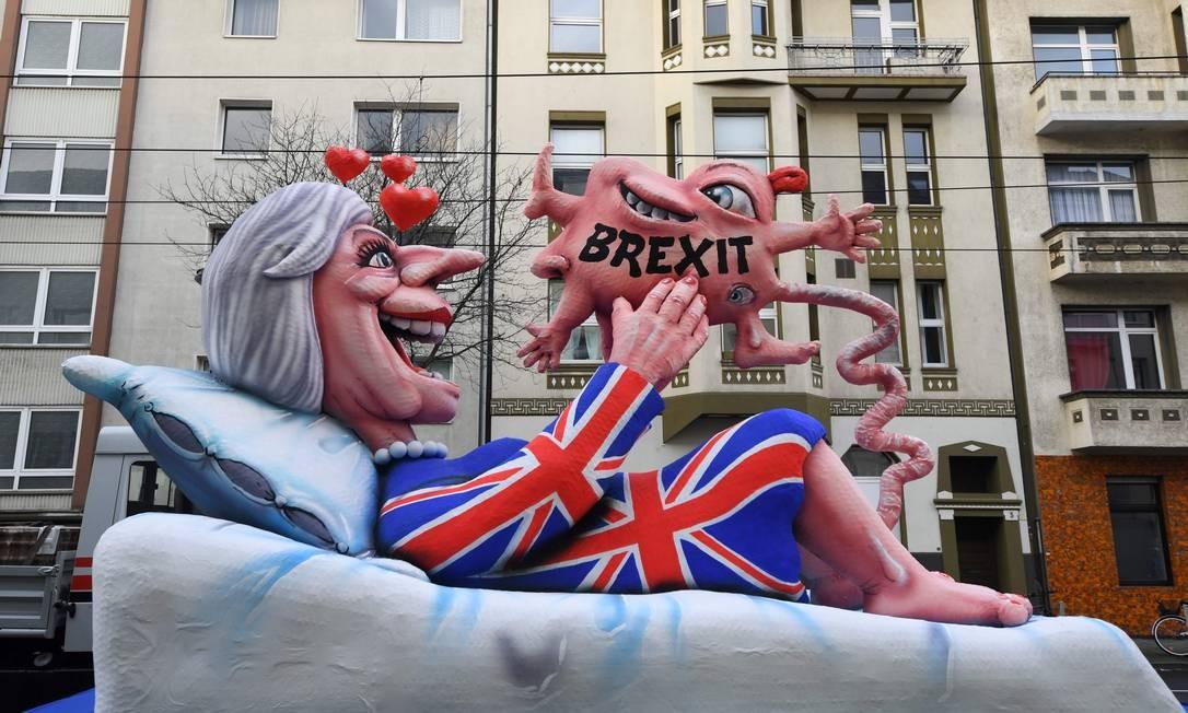 No carnaval da Alemanha, picardia com figuras da política até lembra o jeito carioca de fazer folia. A primeira-ministra da Grã-Bretanha, Theresa May, e seu Brexit foram alvo da zoação germânica PATRIK STOLLARZ / AFP
