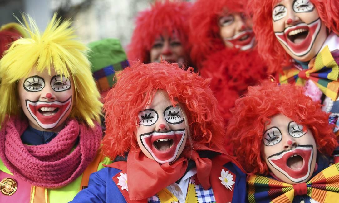 A criançada se divertindo no carnaval de Dusseldorf, na Alemanha, e homenageando o pessoal do circo Federico Gambarini / AP