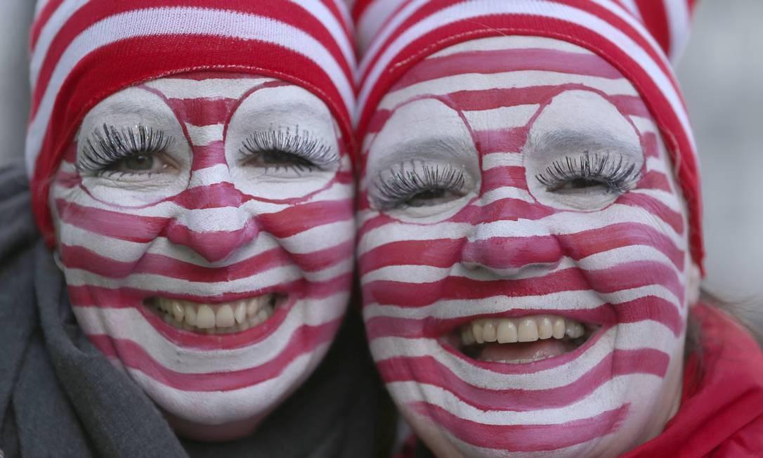 O pessoal capricha na fantasia e nas maquiagens no carnaval de Dusseldorf, Alemanha, onde há desfile e destribuição de doces e chocolates Ina Fassbender / AP