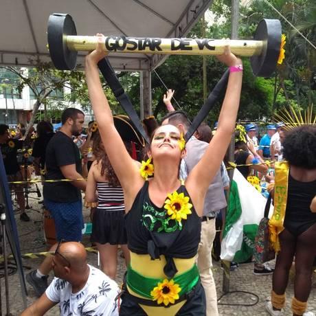 Foliã no bloco Que Pena Amor pede ajuda para segurar 'essa barra que é gostar de você' Foto: Felipe Grinberg/Agência O Globo