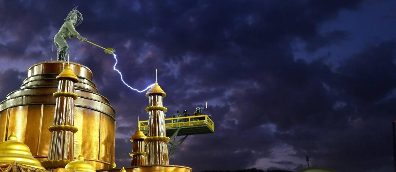 Um dos integrantes da comissão da Mocidade representou o deus Indra, deus do trovão e das tempestades, soltando raios de verdade com uma bobina de Tesla (instrumento capaz de produzir descargas elétricas de alta voltagem) Foto: Domingos Peixoto / Agência O Globo
