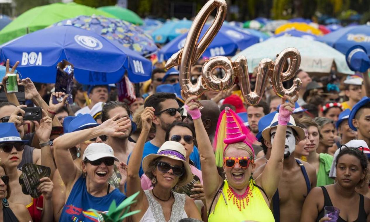 O bloco começou a tocar com atraso devido a problemas técnicos, mas o público aguardou com paciência e alegria. Foto: Ana Branco / Agência O Globo