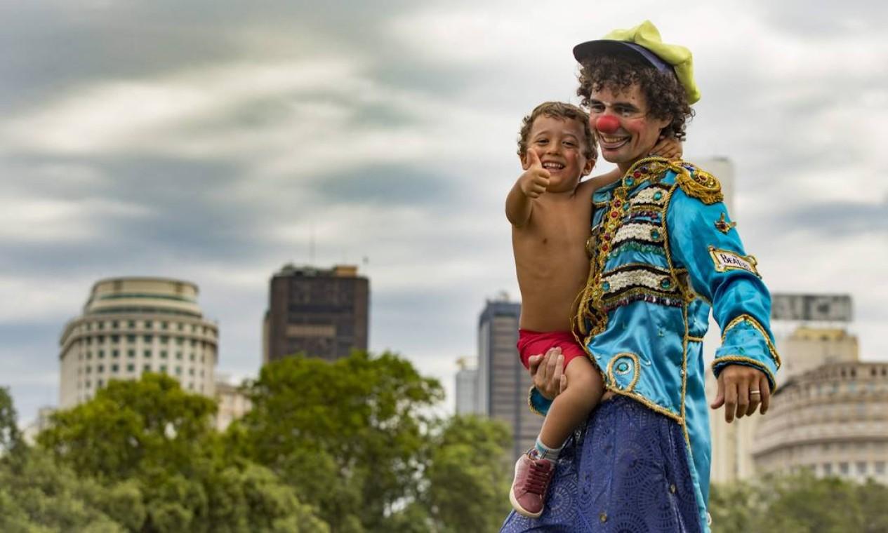 O perna de pau Paulo Hartung fez a alegria do pequeno Angelo Radames durante a passagem do bloco Foto: Ana Branco / Agência O Globo