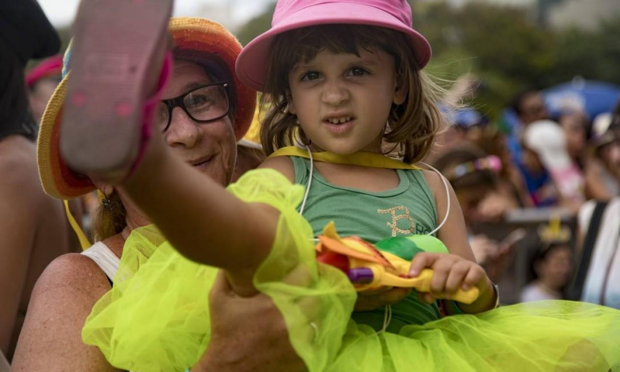 As crianças marcaram presença no bloco dos Beatles. Na foto, a avo Tania Goldman com a neta Clarice Foto: Ana Branco / Agência O Globo