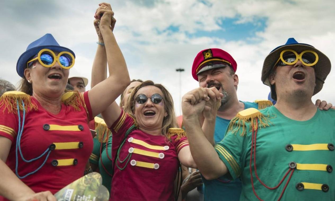 """Foliões se inspiraram na foto do álbum """"Sgt. Pepper's"""" para criarem as fantasias Foto: Ana Branco / Agência O Globo"""