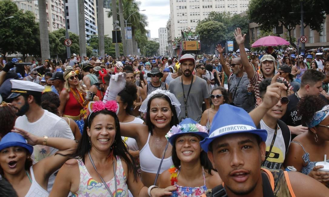 Mesmo com uma multidão nas ruas, o clima no AfroReggae foi de descontração e sem grandes confusões Foto: Reginaldo Pimenta / Agência O Globo