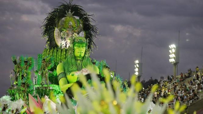 Após a primeira noite sem chuva na Sapucaí, segundo dia de desfiles deverá ser debaixo de água Foto: Domingos Peixoto / Agência O Globo