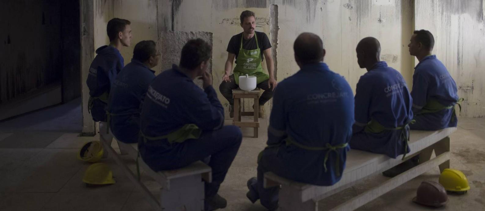 Operários que trabalham na reconstrução do Museu da Língua Portuguesa durante uma oficina artística Foto: Edilson Dantas / Agência O Globo
