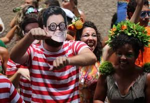Folião usa fantasia de 'Onde está Wally?' com máscara de Crivella Foto: Custódio Coimbra / Agência O Globo