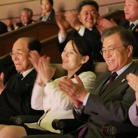Imagem da agência estatal KCNA mostra aplausos do chefe de Estado cerimonial do Norte, Kim Yong-nam (esquerda), a enviada Kim Yo-jong e o presidente sul-coreano, Moon Jae-in Foto: - / AFP