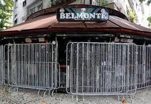 Restaurantes da Zona Sul se protegem dos vândalos durante o carnaval Foto: Marcelo Regua / Agência O Globo