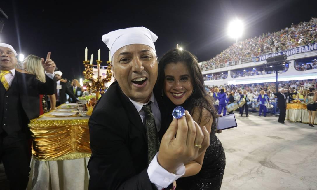 Farra dos guardanapos é lembrada na Avenida. Casal representa o ex-governador Sergio Cabral e a ex-primeira-dama Adriana Anselmo Márcio Alves / Agência O Globo
