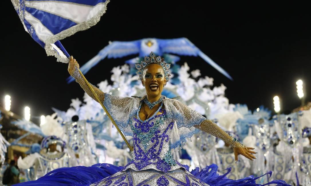 Porta-bandeira da Portela puxa o cortejo com seu estandarte azul e branco Pablo Jacob / Agência O Globo