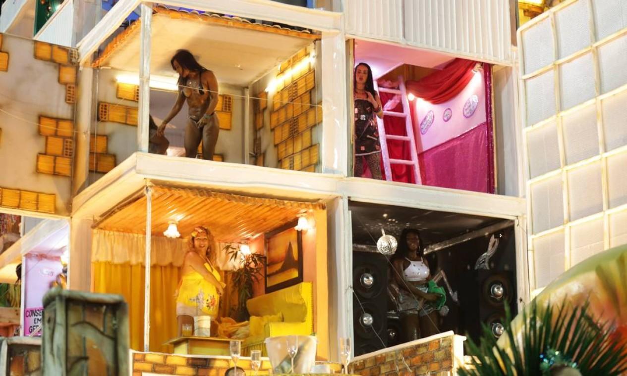 Um dos carros representou a favela e seus diferentes moradores em tarefas cotidianas Foto: Márcio Alves / Agência O Globo