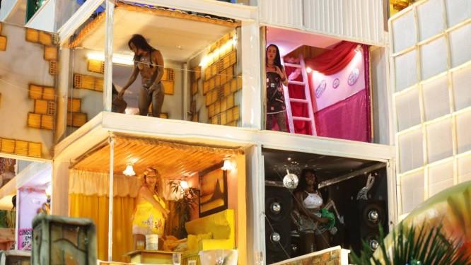 Um dos carros representou a favela e seus diferentes moradores em tarefas cotidianas Foto: Marcio Alves / Agência O Globo