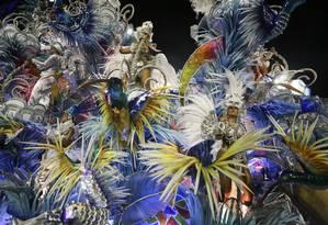 Delicadeza na alegoria e nas fantasias da Beija-Flor, a última escola a desfilar Foto: Fabiano Rocha / Agência O Globo