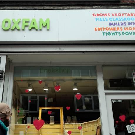 Pedestre passa por agência da Oxfam em Londres Foto: SIMON DAWSON / REUTERS
