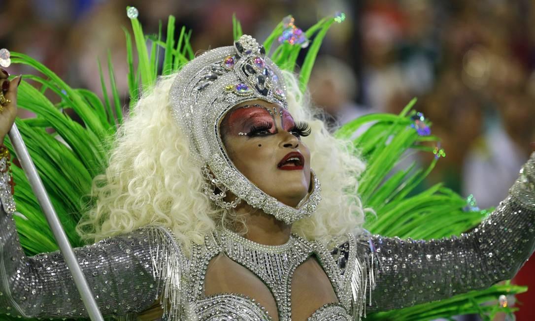 Verônica Lima, da Grande Rio, leva o Estandarte de porta-bandeira Pablo Jacob / Agência O Globo