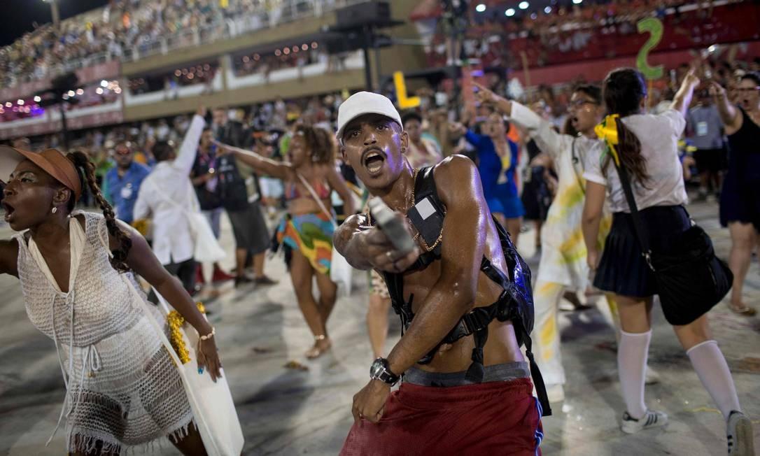 Integrantes representando bandidos em alas do desfile da Beija-Flor Mauro Pimentel / AFP