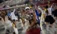 Integrantes representando bandidos em alas do desfile da Beija-Flor