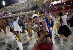 Integrantes representando bandidos em alas do desfile da Beija-Flor Foto: Mauro Pimentel / AFP