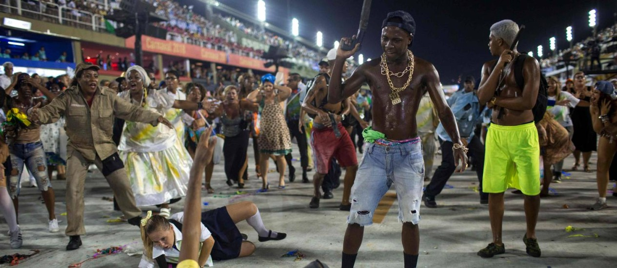 A violência representada, com cenas de assaltos e vítimas de balas perdidas Foto: MAURO PIMENTEL / AFP