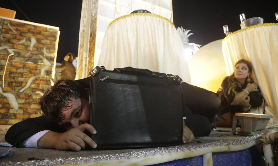 Em cima de uma alegoria, pessoas representaram o drama vivido em confrontos armados Gabriel de Paiva / Agência O Globo