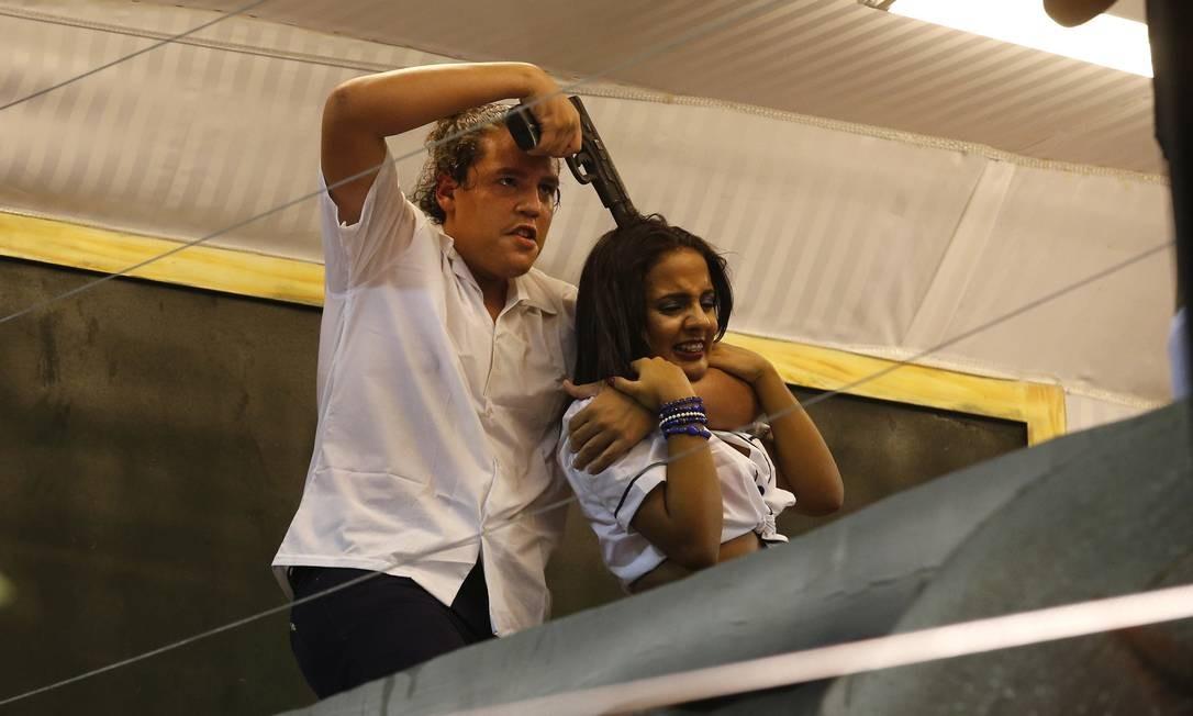 Cenas de violência comuns no Rio de Janeiro foram representadas na escola de Nilópolis Silvia Izquierdo / AP