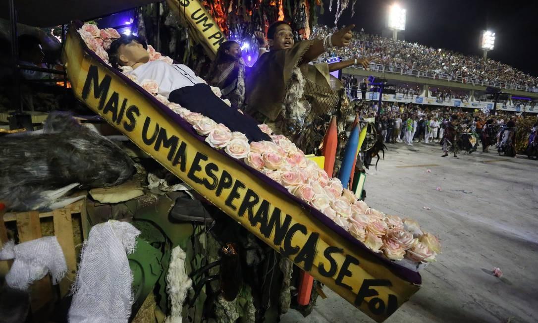 Estudantes dentro de caixões representavam a morte da esperança dentro do enredo Terceiro / Agência O Globo