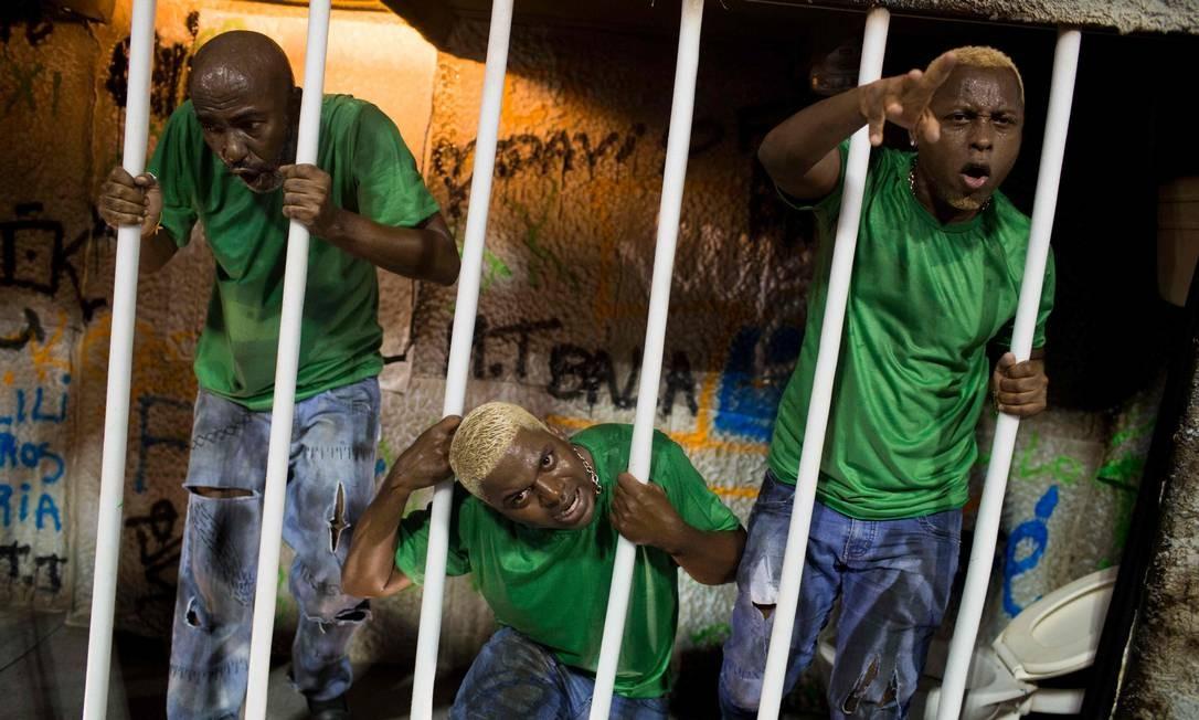 As condições precárias do sistema prisional do Brasil também foram lembradas pela escola MAURO PIMENTEL / AFP