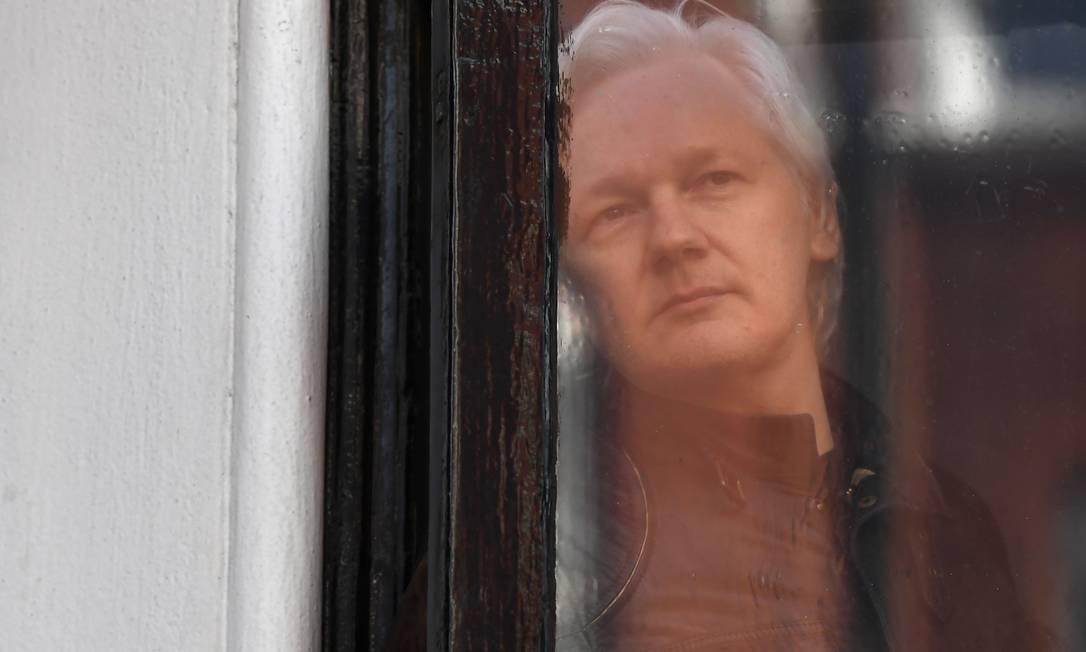 Julian Assange está refugiado na Embaixada do Equador em Londres há quase seis anos Foto: JUSTIN TALLIS / AFP