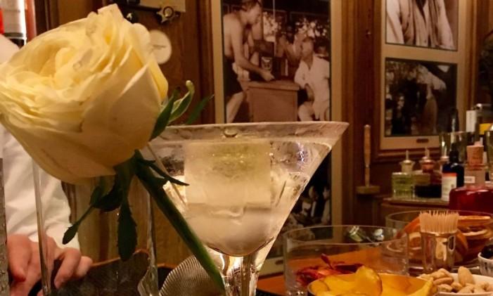 Dirty Martini, drinque preferido do escritor Ernest Hemingway no bar do Hotel Ritz, em Paris Foto: Michelle Locke / AP