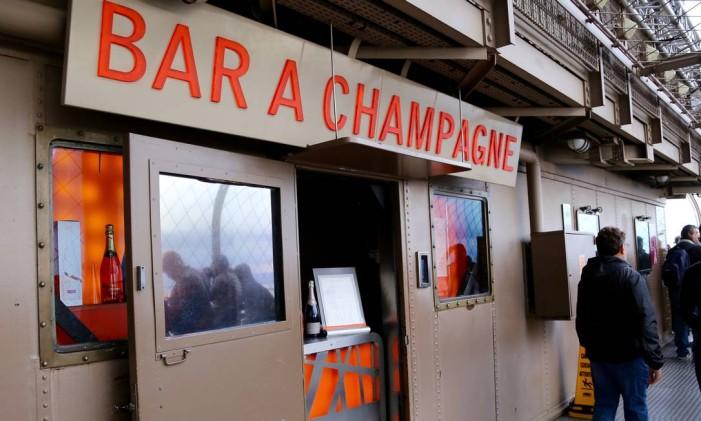 Champagne Bar, na Torre Eiffel, em Paris Foto: Michelle Locke / AP