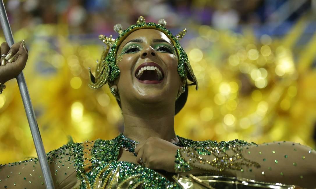 Como revelação, a porta-bandeira do Império Serrano Raphaela Caboclo leva o Estandarte de Ouro Márcio Alves / Agência O Globo