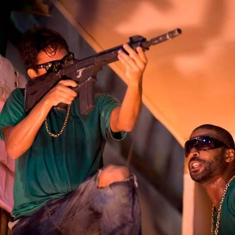 Integrantes da Beija-Flor representam um grupo de traficantes Foto: AFP