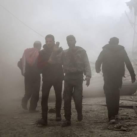 Homem ferido em ataque aéreo na cidade rebelde de Saqba, nos arredores de Damasco: guerra na Síria já se estende há quase sete anos Foto: ABDULMONAM EASSA / AFP