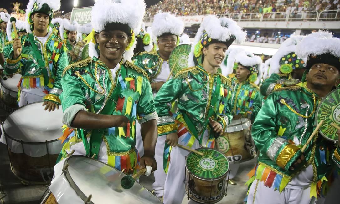 A escola de samba Cubango leva o Estandarte de Ouro de melhor Escola do grupo de acesso Barbara Lopes / Agência O Globo